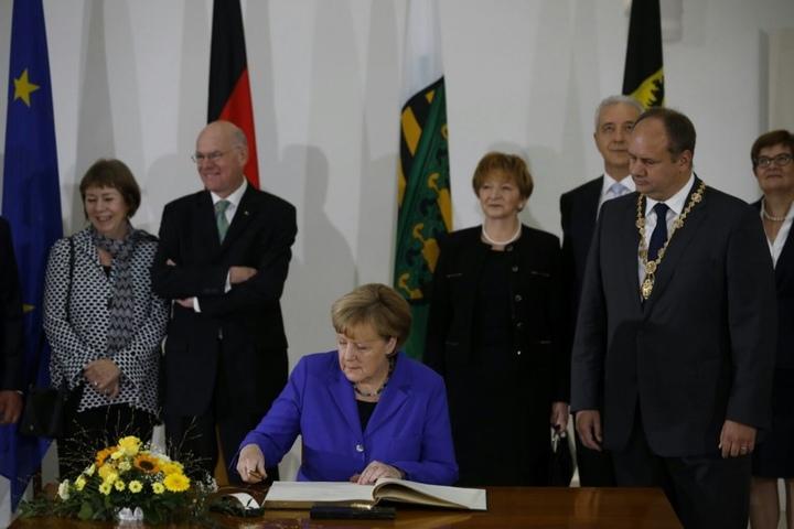 Bundeskanzlerin Angela Merkel trägt sich in das Goldene Buch der Stadt Dresden ein.