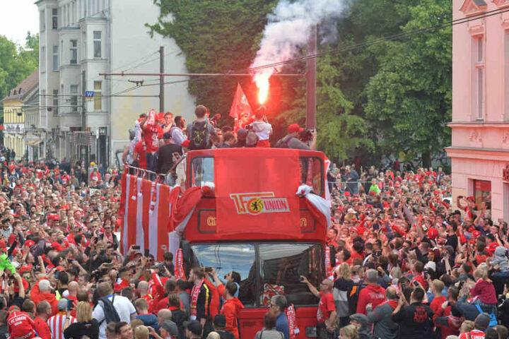 Fans und Spieler feiern den Aufstieg in die Bundesliga.