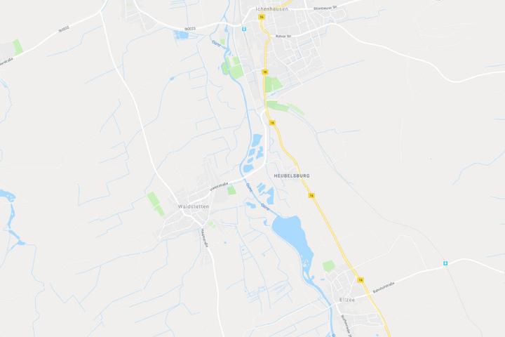 In Bayern kam es auf der Bundesstraße 16 zu einem kuriosen Unfall mit einem Sofa.