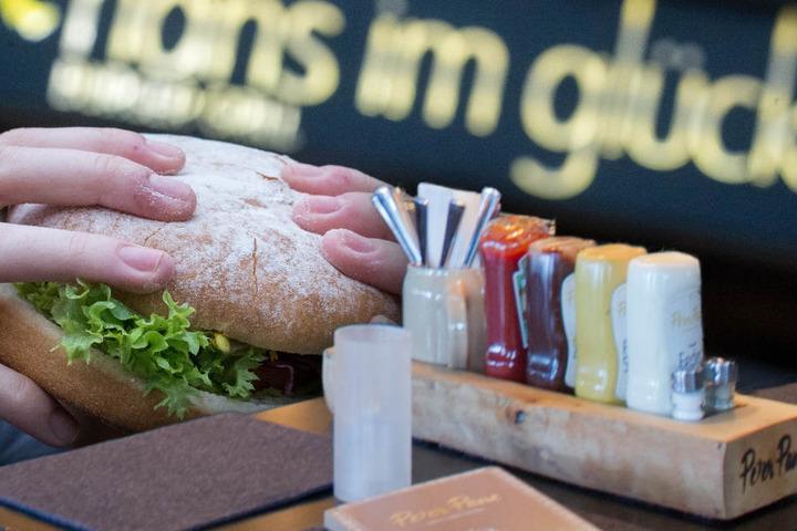 """""""Hans im Glück"""" und """"Peter Pane"""" sind als Edel-Burgerketten in Deutschland bekannt. (Bildmontage)"""