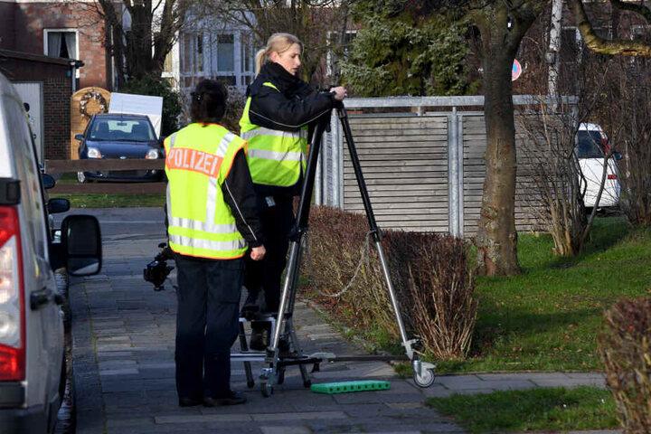 Polizistinnen sichern Spuren an dem möglichen Tatort in Schönberg.
