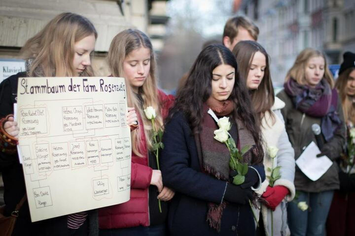 Schüler der Neuen Nikolaischule Leipzig erinnerten am Mittwoch an das Schicksal der Familie Rosenzweig, die einst in der Funkenbergstraße wohnte.
