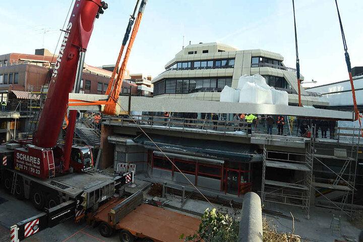 Hier hebt der Kran die 42 Tonnen schwere Platte über die Königsstraße hinweg.