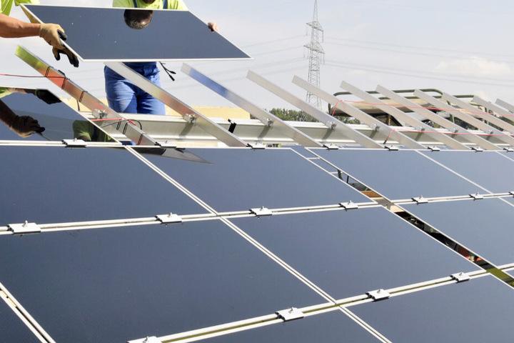 Eine Photovoltaikanlage auf dem Dach liefert umweltfreundlichen Strom. (Symbolbild)