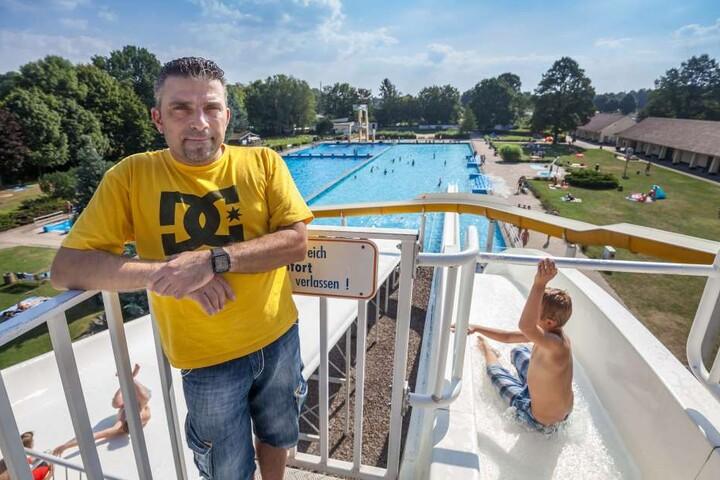 Steht Vereins-Chef Arne Pflug (46, l.) auch 2017 auf der Wasserrutsche des  04-Bades?