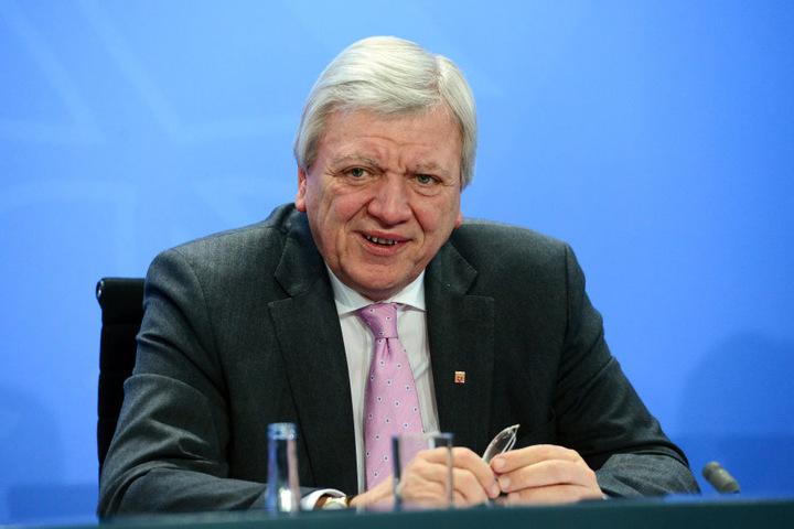 Über die Pläne der Handy-Spionage hatte schon Hessens Ministerpräsident Volker Bouffier (CDU) berichtet.