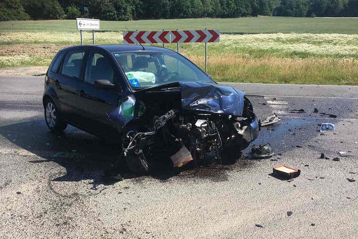 Der Fahrer des Fords musste ins Krankenhaus gebracht werden.