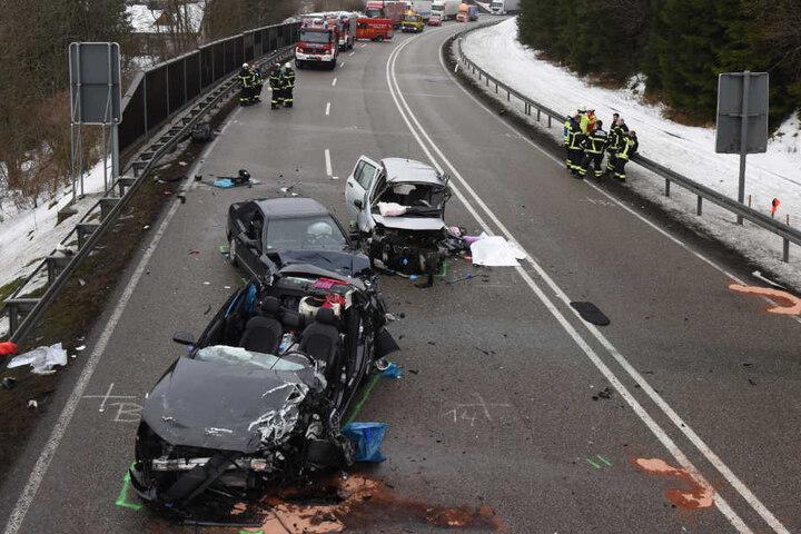 Der helle Renault (hinten rechts) war frontal in den Audi (vorne) gekracht. Ein nachfolgender Mercedes (Mitte) fuhr in die Unfallstelle.