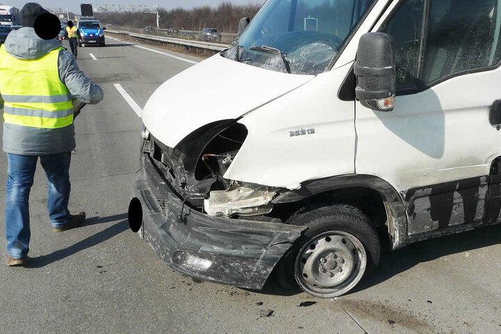 Der Wagen musste abgeschleppt werden. Dadurch kam es zum Verkehrschaos auf der Autobahn.