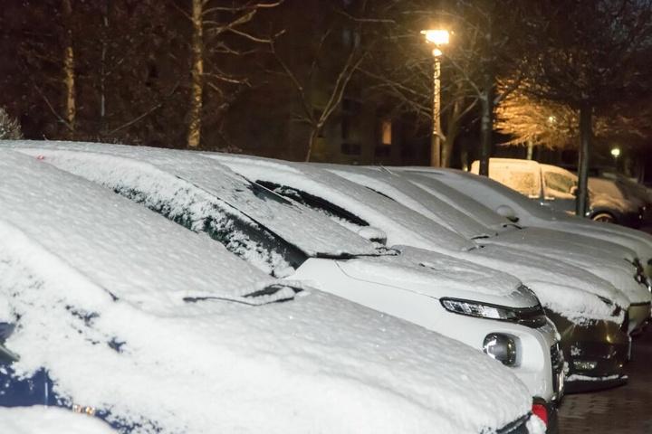 In Zwönitz mussten die Autofahrer am Montagmorgen ihre Fahrzeuge erstmal von einer leichten Schneedecke befreien.