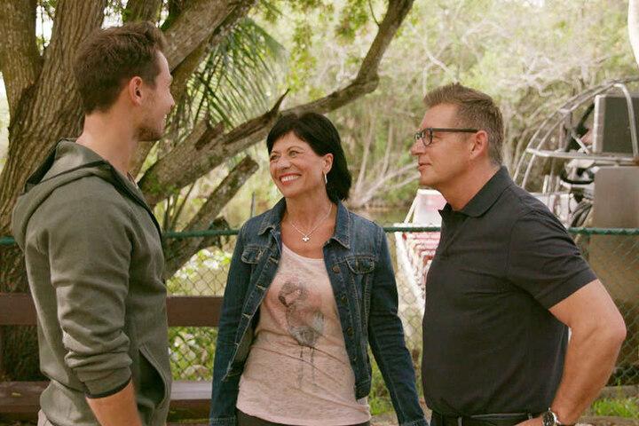 Sebastians Eltern Renate und Norbert lernen zum ersten Mal die beiden Finalistinnen kennen.