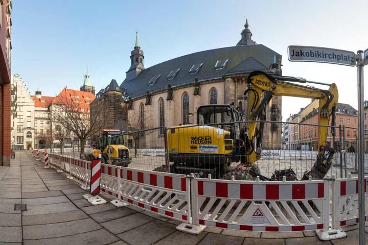 Auf dem Jakobikirchplatz haben die Arbeiten für ein neues Wasserspiel begonnen. Der Brunnen wird flach, begehbar und leuchtet nachts.