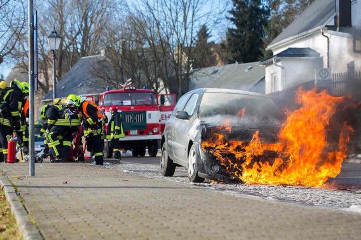 Als die Feuerwehr eintraf, brannte der Renault schon lichterloh.