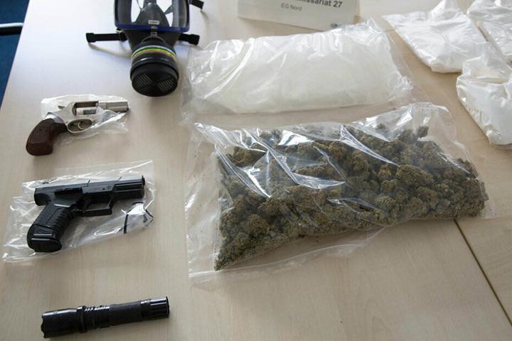Neben diversen Drogen wurden auch Waffen sichergestellt.