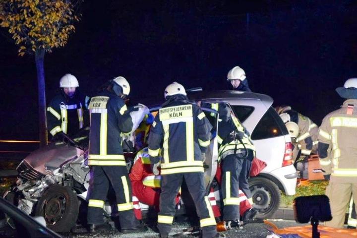 Die Kameraden der Berufsfeuerwehr Köln bargen die Frau aus dem Unfallauto.