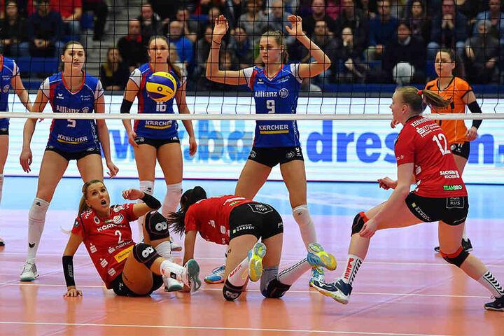 Und wieder hat es beim DSC eingeschlagen! Mareen Apitz (v.l.) und Ivana Mrdak, liegen chancenlos am Boden, auch Piia Korhonen kann nichts ausrichten. Derweil beobachten die Stuttgarterinnen hinterm Netz die Szenerie ganz entspannt.