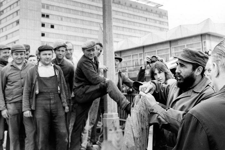 Auf der Prager Straße sprach Fidel mit Arbeitern. Einer scherte sich wenig um  Benimm-Regeln, zeigte Fidel seine Schuhsohle.