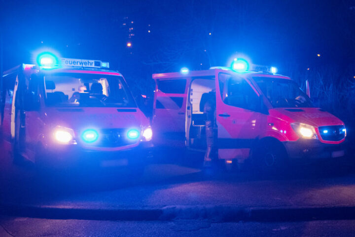 Mehrere Feuerwehrleute waren bereits mit den Löscharbeiten beschäftigt, als es zu der Explosion kam.