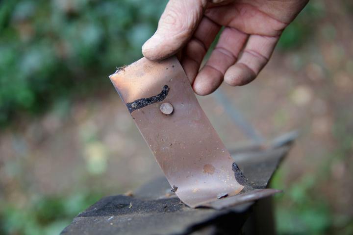 Lediglich die Kupfer-Halterungen ließen die dreisten Diebe an den Dächern.
