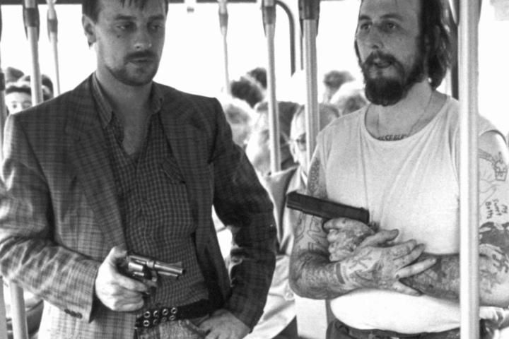 Die bewaffneten Geiselnehmer Dieter Degowski (l) und Hans-Jürgen Rösner stehen am 17.8.1988 in dem in Bremen gekaperten Linienbus.