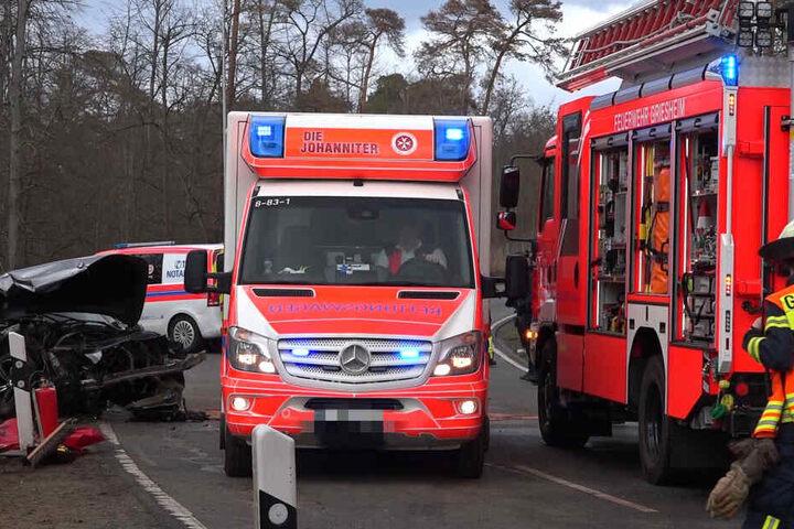 Ein Unfallbeteiligter kam per Rettungshubschrauber in die Klinik. Der Unfallverursacher musste aus seinem Wagen befreit werden.