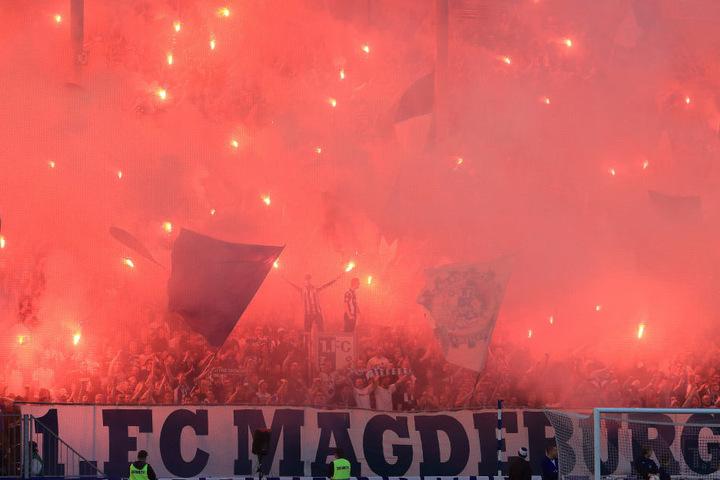 Fans des 1. FC Magdeburg zünden jede Menge Pyrotechnik im Block. In der Landeshauptstadt Sachsen-Anhalts findet die Innenministerkonferenz statt.