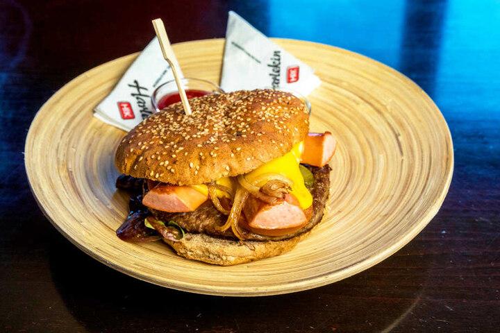 Ungewöhnlich, aber lecker: Der Boggi-Burger vereint Fleisch und Bockwurst  mit diversen Zutaten.