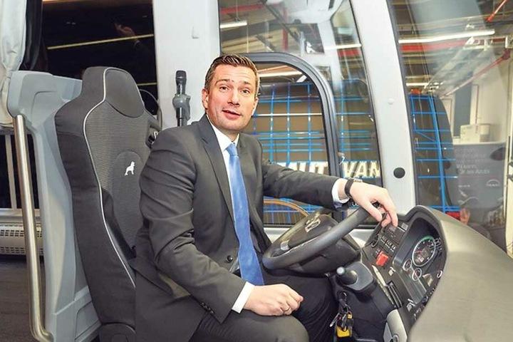 Wirtschaftsminister Martin Dulig am Lenker des Jogi-Busses – er freut sich wie ein kleiner Junge.