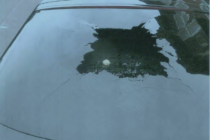 Der Stein lag noch auf der Hutablage des Wagens.