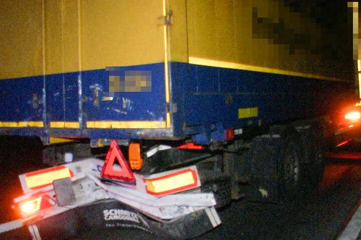 Der Lkw wurde am Heck beschädigt.