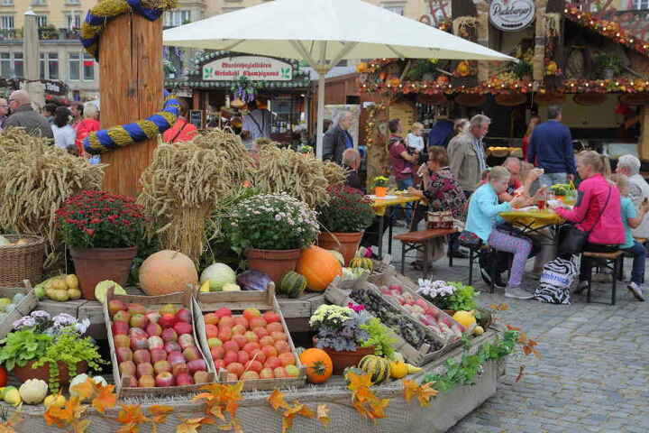 Ähren, Kürbisse und Plaste-Äpfel - zumindest die Dekoration unterm Erntekranz  wirkte herbstlich. Sonst bot nur einer von hundert Ständen regionales  Herbstgemüse an.