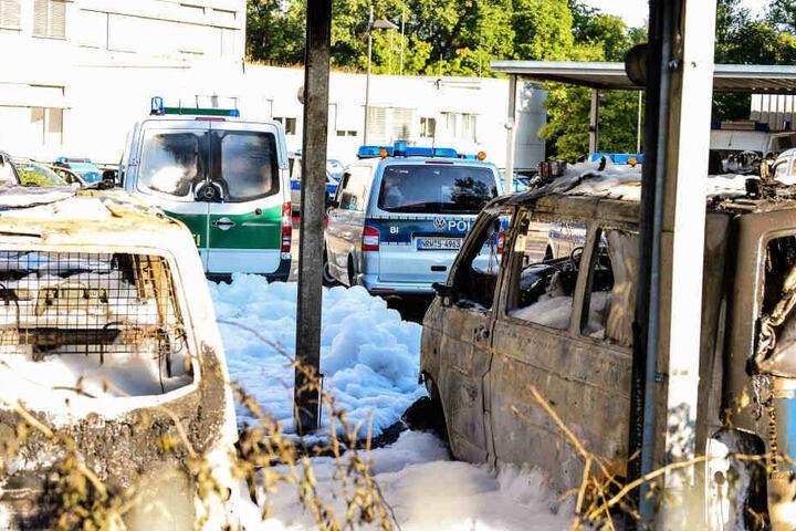Fünf Autos brannten komplett aus.