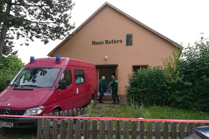 Ermittler bei der Sicherung der Tatortspuren im August 2016 in Alt Rehse (Mecklenburg-Vorpommern). Hier wurde Sarah H. (†32) tot gefunden.