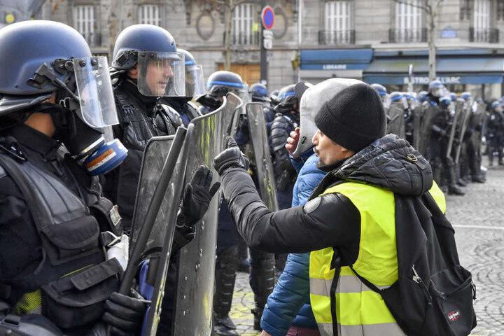 In Paris protestierten nach Behördenangaben 3500 Menschen.