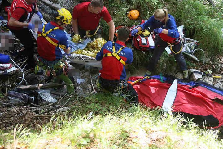 Die Retter des BRK konnten die Frau in den Bergen finden und so ihr Leben retten.