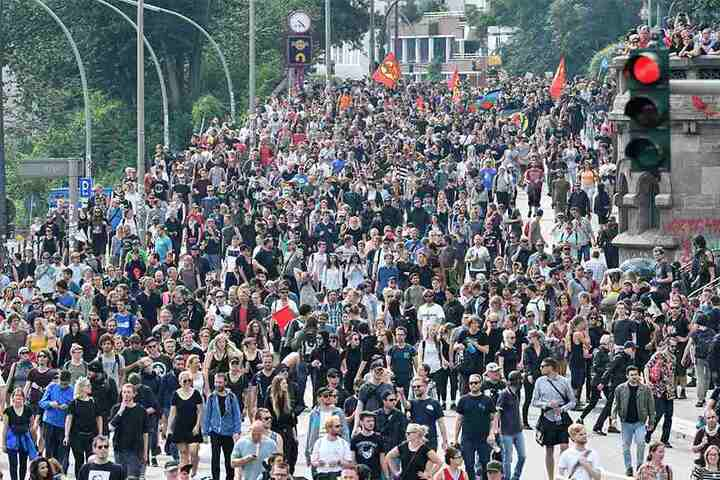 Die Polizei hat der Demonstration mit mehreren tausend Teilnehmern den Weg von den Landungsbrücken zur wenige hundert Meter entfernten Elbphilharmonie abgeschnitten.