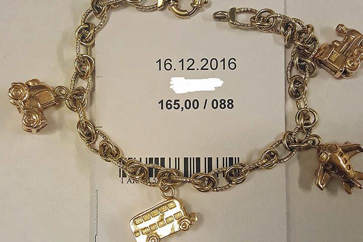Auch dieses Armband gehört zu der Diebesbeute.