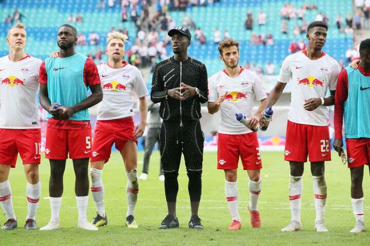 Stürmer Jean-Kevin Augustin (schwarz gekleidet) und Abwehrspieler Nordi Mukiele (2.v.r.) fehlen am Sonntag in Frankfurt.
