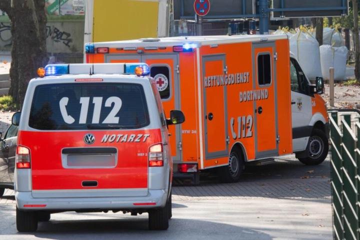 Rettungswagen eilen zur Unfallstelle. (Symbolbild)