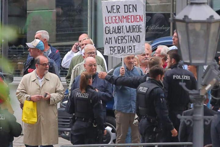 Riesenaufgebot an Sicherheitskräften und Polizei am Montagabend in Dresden.