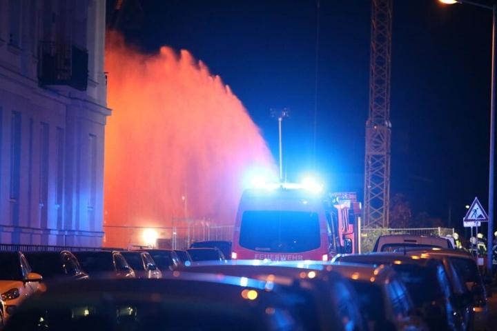 In der Nacht zu Donnerstag hatten Unbekannte drei Autokräne an einer Großbaustelle an der Prager Straße angezündet.