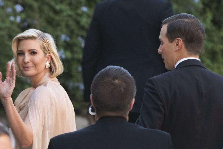 Ivanka Trump (l), Tochter von US-Präsident Trump, und ihr Ehemann Jared Kushner treffen bei der Hochzeit ein.