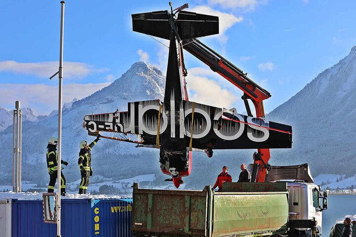 Das Kleinflugzeug wurde mit einem Kran aus dem Wolfgangsee geborgen.