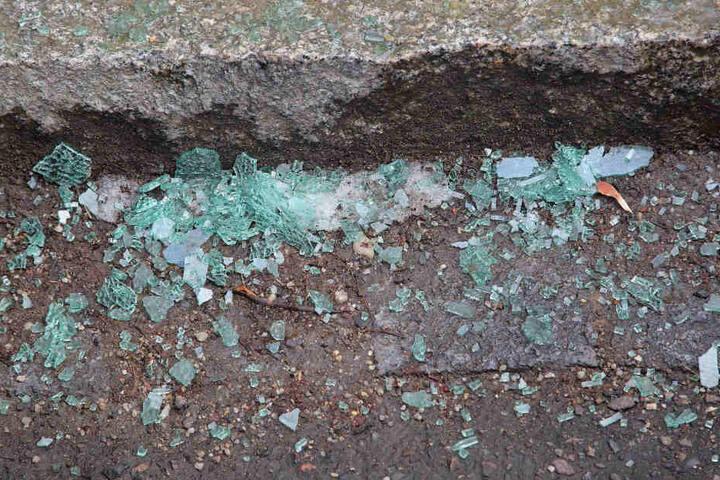 Noch immer liegen die Scherben der Seitenscheiben in der Grunaer Straße.