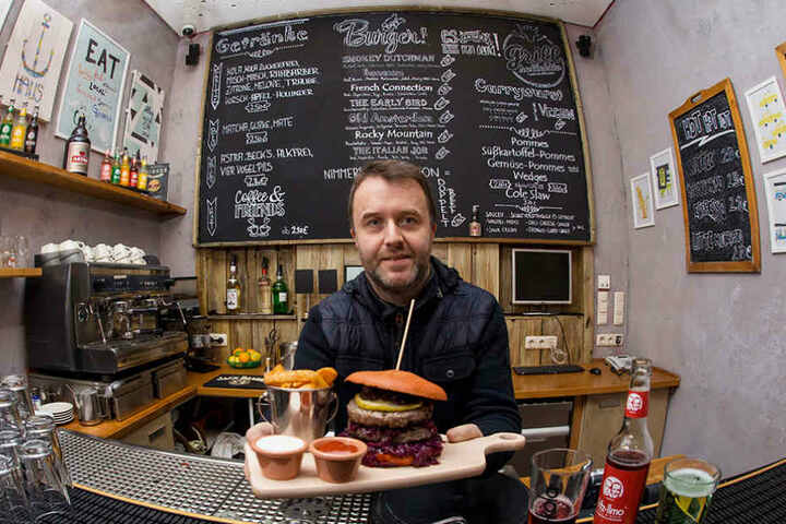 "Wirt Ralph Krause (46) serviert u.a. den Burger ""Rudolf"" im neuen Lokal  ""Grillkollektiv""."