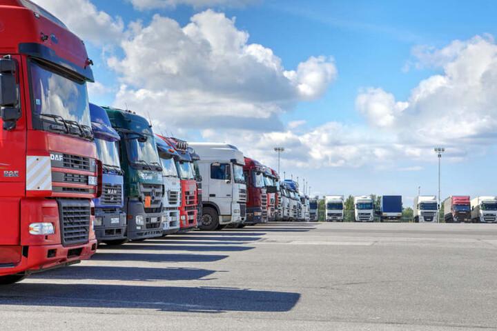 Ganz schön voll: An Sachsens Autobahn-Raststätten fehlen Parkplätze für die Brummifahrer.