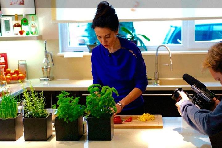 Vier Kräuter stehen griffbereit bei Lidia in der Küche - der Kameramann filmt die Sängerin bei der Arbeit.