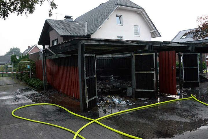 Auch ein nahe gelegenes Haus wurde bei dem Brand in Mitleidenschaft gezogen und schwer beschädigt.