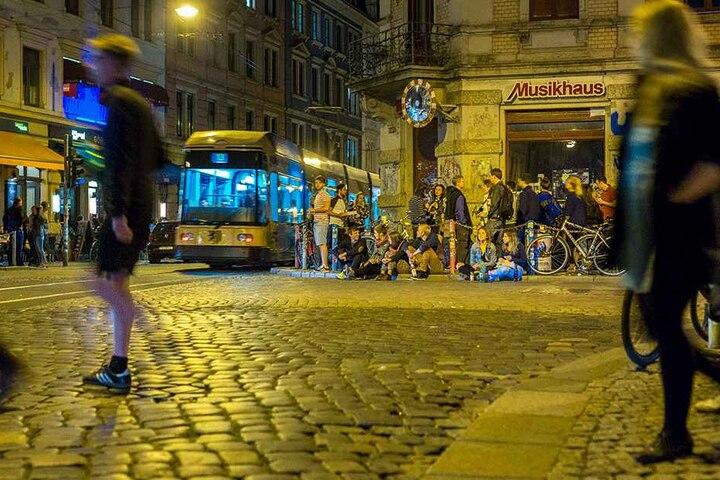 """Am """"Assi-Eck"""" in der Neustadt nerven Bahn-Streichler die Tram-Fahrer."""