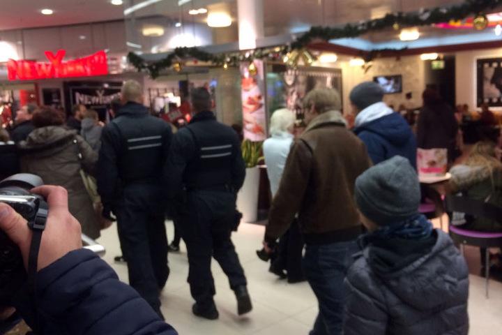 Beamte und Kunden im Einkaufscenter Roter Turm.